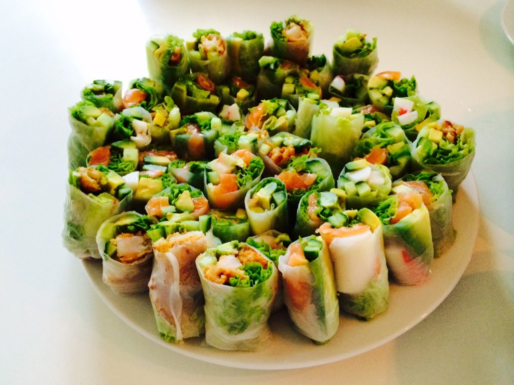 Rispapirsruller med laks, krabbe, tempurareje, hjertesalat, agurk og avocado.